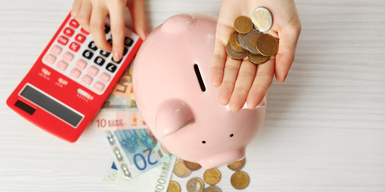 Sparschwein und Geldmünzen