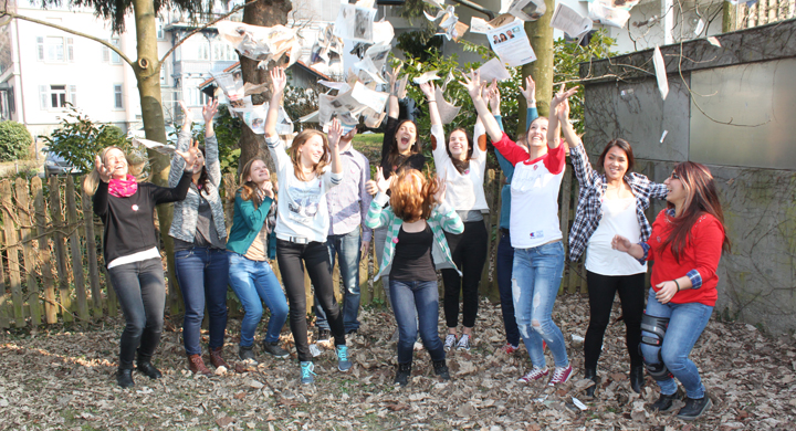 Jugendteam wirf Zeitungen in die Luft