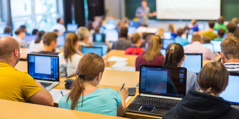 Jugendliche in der Schulbank am Lernen