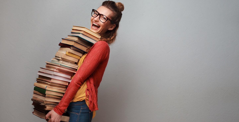 Mädchen mit Bücherstapel in der Hand