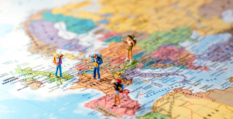 Spielfiguren auf einer Europalandkarte