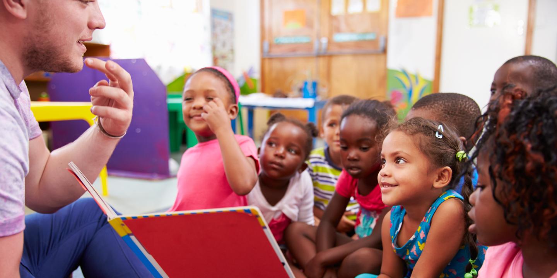 Kinder die dem Lehrer zuhören