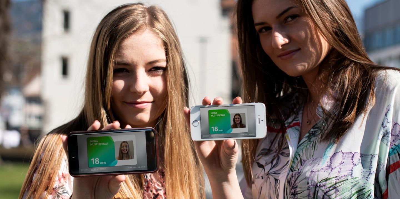 Jugendliche strecken die aha card in der App in die Kamera.