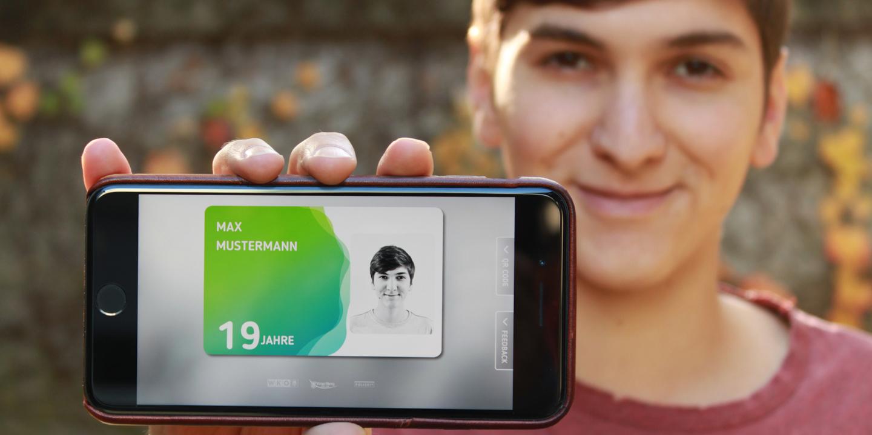 Jugendlicher hält die aha card im App in die Kamera