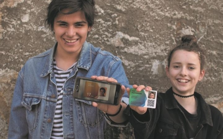 ein Bursche und ein Mädchen zeigen ihre aha cards, einmal im App und einmal als Plastikkarte