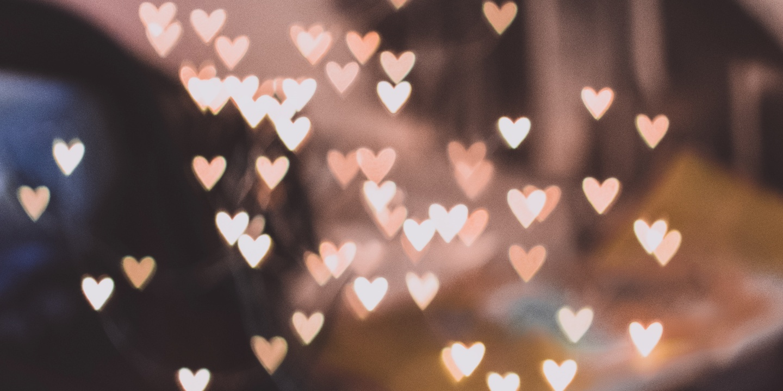 Herzen beleuchtet in der Luft