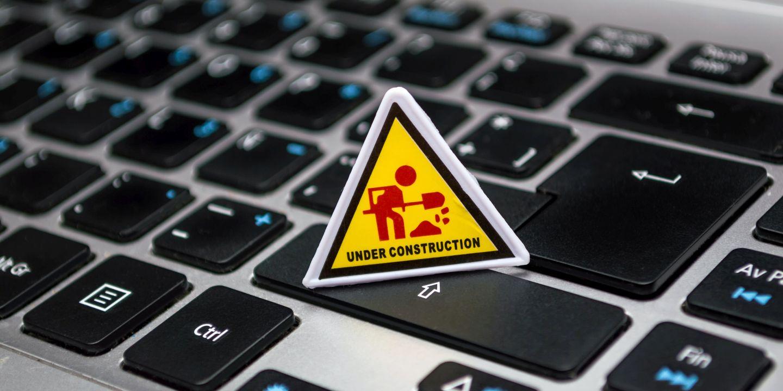 """Keyboard mit einem Figur und dem Text """"UNder Construction"""""""