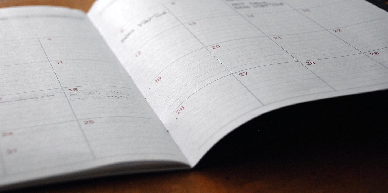 ein aufgeschlagener Papierkalender